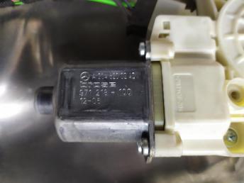 Стеклоподъемник передний правый Mercedes W204 2048200242