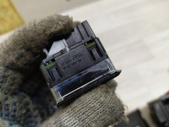 Кнопка стеклоподъемника Mercedes W204 2048700451