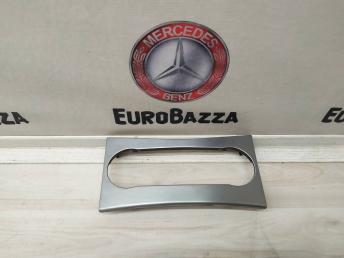 Накладка центральной консоли Mercedes W204 2046800490