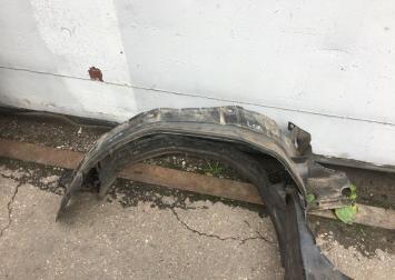 Подкрылок передний Mercedes W210 2106984730